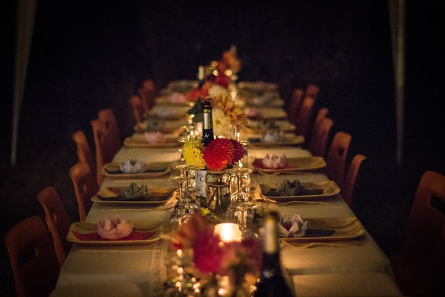 Thanksgiving_dinner_table_with_flower_bouquets